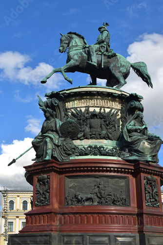 Foto op Plexiglas Artistiek mon. Neo-Baroque Monument to Russian Emperor Nikolay I on St Isaac's Square. Sankt Petersburg, Russia