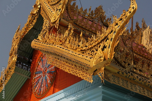 Deurstickers Bedehuis myanmar, burma, sagaying, mandalay, religion, buddhism, monastery, temple, gold, design, art, decoration