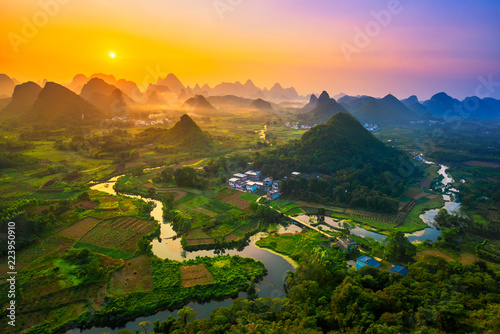 La pose en embrasure Guilin Landscape of Guilin, China. Li River and Karst mountains called Cuiping or