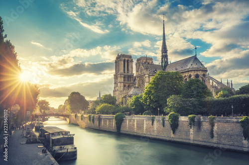 Foto auf AluDibond Paris Notre Dame de Paris, France, and the Seine river at sunset. Scenic travel background.