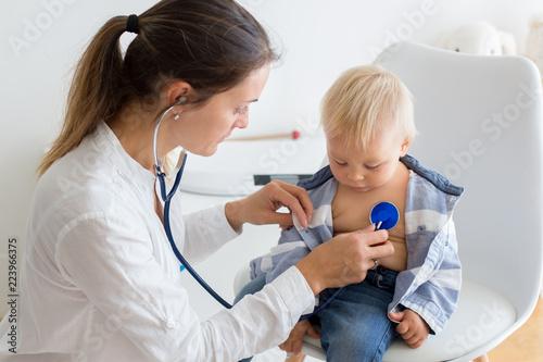 Fotografia  Pediatrician examining baby boy