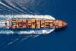 canvas print picture - Top down Ansicht auf ein beladenes Containerschiff in voller Fahrt über blauem Meer