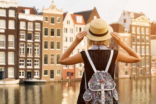Fototapeta premium Podróżuj po Amsterdamie. Piękna kobieta na wakacjach w mieście Amsterdam