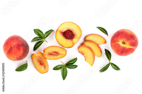 Foto ripe peaches with leaves isolated on white background with copy space for your text