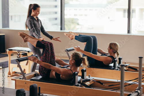 Photo  Pilates trainer instructing women at the gym