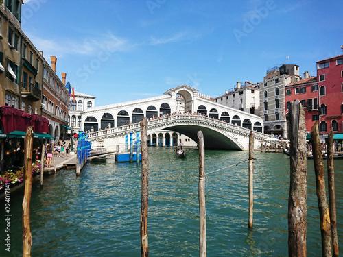 Foto auf AluDibond Venedig Widok na historyczną architekturę i kanał między antycznymi budynkami w Wenecja, Włochy podczas radosnych wakacji w słonecznym dniu.