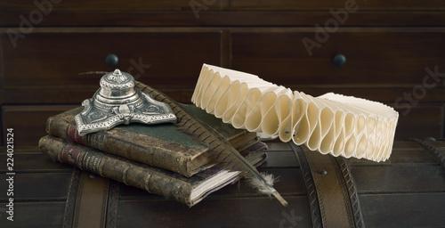 bodegón con gorguera, pluma, tintero y libros Canvas Print