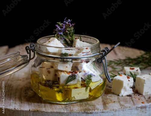 griechischer Feta in Olivenöl eingelegt und mit Rosmarin und roten Paprika gewürzt