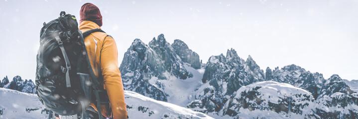 Planinari u zimskom krajoliku