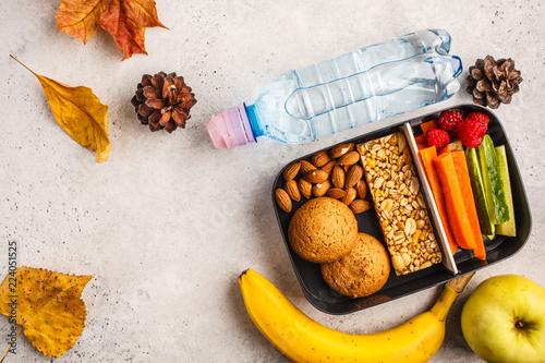 In de dag Assortiment Healthy meal prep containers to school with cereal bar, fruits, vegetables and snacks. Takeaway food on white background, top view.