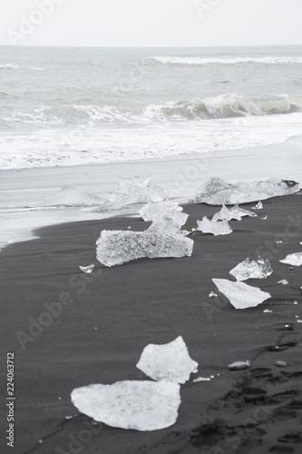 Eiskristalle auf schwarzem Lavasand am Diamond Beach - Gletscherlagune Jökulsárlón, Island