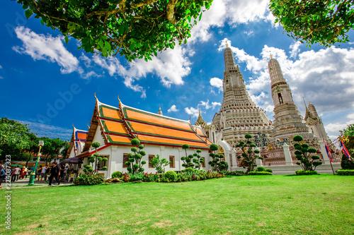 Deurstickers Bedehuis Bangkok: September 1, 2018, tourists, groups of people visit the beauty of (Wat Arun Ratchawararam Ratchawaramahawihan), which is close to Tha Tian Express Boat Pie, overlooking the Chao Phraya River