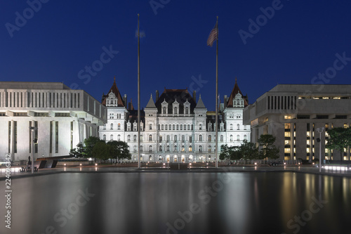 Valokuva  New York State Capitol and reflection at night at the Empire State Plaza in Alba
