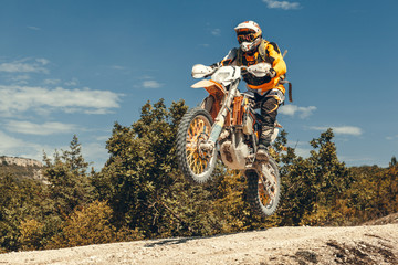 Motocyklista w powietrzu