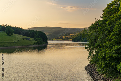Fotografía  Evening light over the Peak District at the Ladybower Reservoir near Bamford in