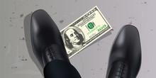 Un Homme Trouve Un Billet De Cent Dollars Par Terre Et Met Le Pied Dessus