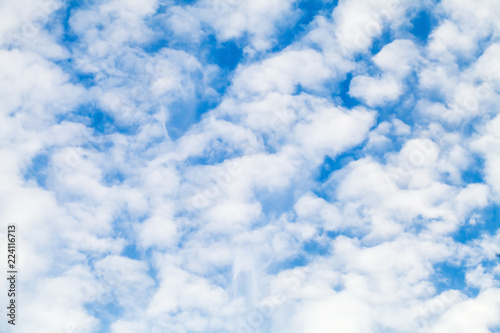 Photo White altocumulus clouds layer in blue sky