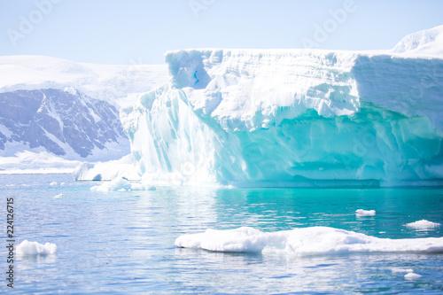 Papiers peints Arctique ice in the Antarctica with iceberg in the ocean