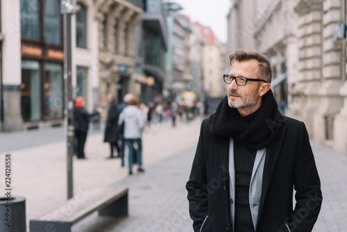 Fotografie, Obraz  mann mit mantel geht durch die innenstadt