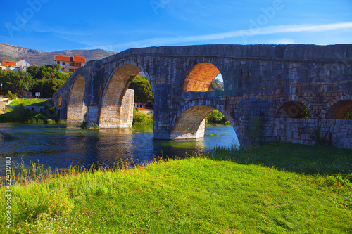 Fotografia  old stone bridge over river