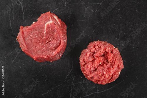Burger siekany z wołowiny. Surowe mięso  na czarnym tle