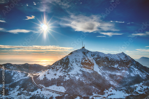 Foto auf Leinwand Gebirge Beautiful sun and mountain snow-capped peaks