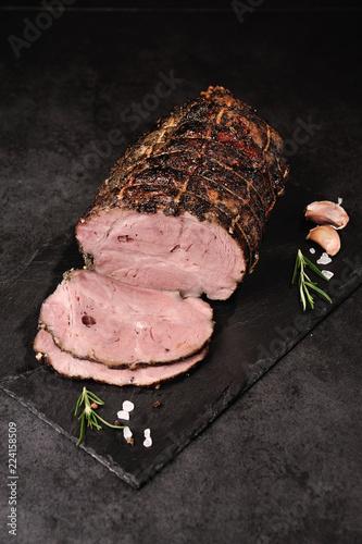 Foto op Aluminium Assortiment Mięso pieczone z ziołami. Tradycyjna wędlina w kompozycji z ziołami i przyprawami.