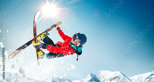 Poster Glisse hiver Skiing. Jumping skier. Extreme winter sports.