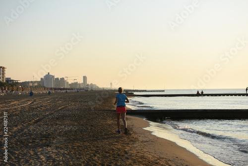 Keuken foto achterwand Jogging correre fitness allenamento alba tramonto spiaggia mare correre sulla spiaggia sabbia allenarsi cardio benessere dieta