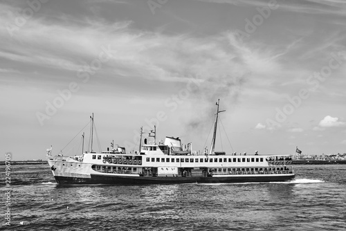 Photo The passenger ship is on the Bosphorus in Istanbul.
