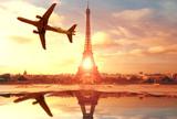 Fototapeta Fototapety z wieżą Eiffla - aereo che sorvola Parigi sopra la Tour Eiffel