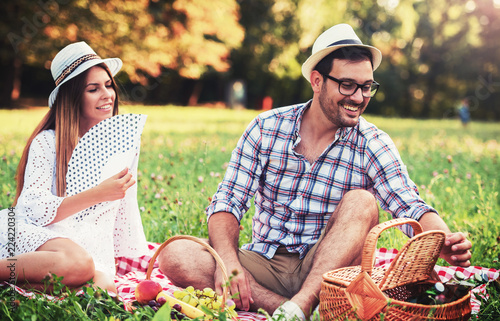 Fotografia  Loving couple enjoying picnic in the park