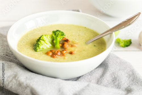 A bowl of fresh soup with broccoli and chickpeas