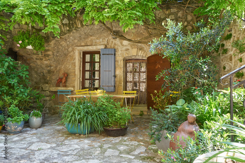 Foto Colourful Green Patio With Ancient Stone Walls