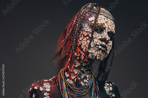 Photo Portrait of a scary African shaman female with a petrified cracked skin and dreadlocks
