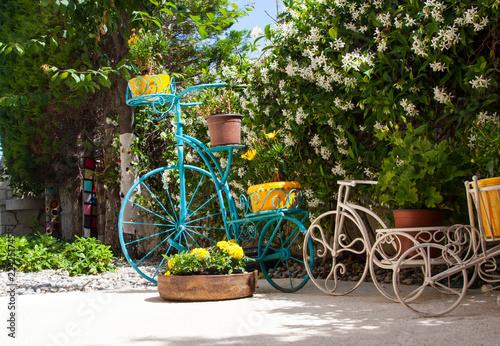 In de dag Fiets old bicycle in green garden