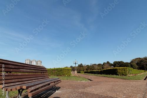 Fotografie, Obraz  Banco vazio em parque da cidade