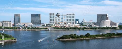 Naklejka premium Odaiba skyline w Tokio, Japonia Budynek grupy Odaiba