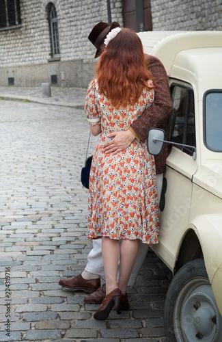 Photographie  Amour amoureux paris couple rétro amant relation baiser pavé voiture France aprè
