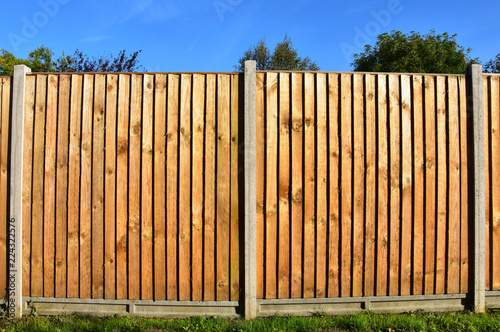 Wooden featheredge garden fence with concrete support posts Fototapet