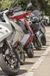 Motorroller stehen in einer reihe
