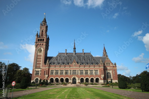 Photo Peace palace in the hague, home of the united nations international court of jus