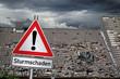 Leinwandbild Motiv Achtung Sturmschaden warnschild vor zerstörtem abgedecktem dach unwetter naturkatastrophe sturm konzept hintergrund