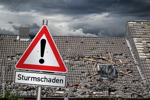 Tempete Achtung Sturmschaden warnschild vor zerstörtem abgedecktem dach unwetter naturkatastrophe sturm konzept hintergrund