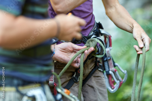 Photo Anonymous rock climbers with gear