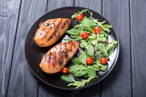 Grilled chicken with spinath and tomatoes salad