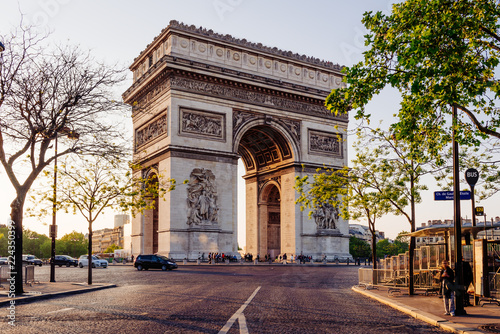 Photo Paris Arc de Triomphe (Triumphal Arch) in Chaps Elysees at sunset, Paris, France