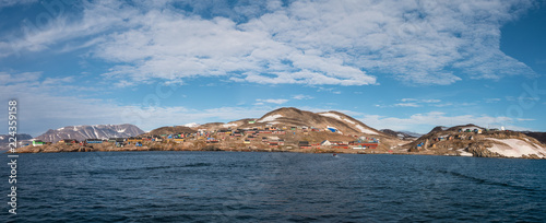 Poster Poolcirkel settlement of Ittoqqortoormiit with colorful houses, eastern Greenland at the entrance to the Scoresby Sound fjords - panoramic view