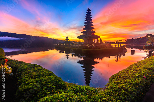 Foto  Ulun Danu temple at Beratan Lake where is the landmark of Bali in Indonesia