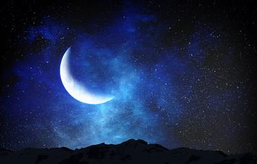 Romantični mjesec na nebu